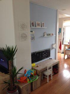 Peuter / Kinder speelhoekje, leuk met het krijtbord Play Corner, Kids Corner, Montessori Toddler Rooms, Princess Room, Take A Seat, Kids Furniture, Diy For Kids, Playroom, Family Room