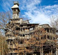 Crossville -  Dit is de grootste boomhut ter wereld. Horace Burgess bouwde elf jaar aan de hut die met tien verdiepingen bijna tot de hemel reikt.