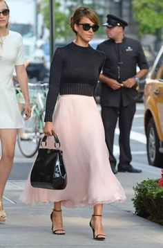 kudos to Jessica Alba on one of the most amazing outfits i've seen this season!  love it!