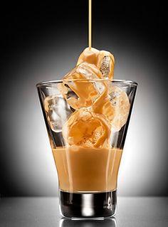 """Domácí Baileys 1 plechovkaslazeného kondenzovaného mléka 1 plechovkazahuštěného mléka Tatra 0,25 lrumu 5 ksbonbonů """"Ledovky""""  1. Neotevřené plechovky kondn. mléka a zahuštěné Tatry vložíme do vodní lázni s horkou vodou a na mírném ohni necháme 45 minut vařit 2.  necháme vychladnout 3. Celý obsah  plechovek vyklopíme do mixéru, přilijeme rum a  5 ks rozdrcených bonbonů tzv. """"Ledovek"""", důkladně vše rozmixujeme 4. Likér krátkodobě uchováváme v uzavřených lahvích v lednici, servírujeme s…"""