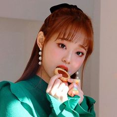 Chuu - always chewing. I haven't had a jammy tart for ages. M&S used to sell some really nice ones. Kpop Girl Groups, Korean Girl Groups, Kpop Girls, Aesthetic Women, Kpop Aesthetic, Extended Play, Your Girl, My Girl, Loona Kim Lip