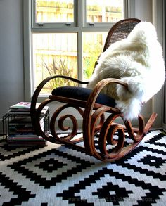 this makes me feel bad for the old bentwood rocker sitting on my woodpile! // Dear Little House: Bentwood Rocker Restoration. Rocking Chair Bois, Rocking Chair Makeover, Rocking Chair Nursery, Vintage Rocking Chair, Bentwood Rocker, Bentwood Chairs, My Living Room, Living Room Chairs, Furniture Makeover