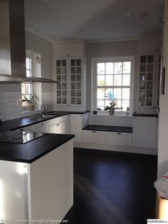 Advice, tricks, and also overview with regards to obtaining the greatest end result and also coming up with the optimum use of Kitchen Renovation Ideas Cozy Kitchen, Kitchen Redo, Kitchen Layout, New Kitchen, Kitchen Remodel, Kitchen Dining, New England Kitchen, Window Seat Kitchen, Cuisines Design