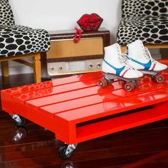 Recycled repurposed Wood Pallet DIY Red gloss coffe table with wheels +++ Mesa de cafe de maderas de pallets pintado con esmalte brillante rojo decoracion