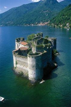 Italy - Castelli di Cannero #lake #travel #castles