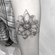 Tatuagem da Nayane, muito obrigada moça! #blackworkerssubmission #darkartists #btattooing #blxckink #tattuagensfemininas #tattooistartmagazine #blacktattoomag #radtattoos #tattoo2me #onlyblacktattoos #tatuagem #sketch_daily #equilattera #inkedmag #tattrx #inkstinctsubmission #ttblackink #tattoodo #thebesttattooartists #tattooedbodyart #art #art_collective #art_spotlight #art_motive #theartistthemotive #iblackwork #blackworkbrasil Blackwork, Unique Tattoo Designs, B Tattoo, Tatting, Body Art, Pattern Design, Piercings, Art Art, Ink