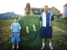 The parents that let their kids have fun on the farm Couple Pictures, Funny Pictures, Funny Pics, Family Farm Photos, Parental Rights, Parenting Humor, Troll, Best Makeup Products, I Laughed