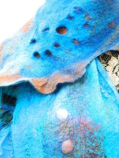 Filzschal bzw Filzstola    Neues Design    Die Technik - handgefärbter Nunofilz        Filz ist ein Naturprodukt aus Wolle.    Es ist wasserabweisend