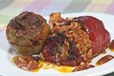 Αυθεντική συνταγή για Σμυρνεϊκα γεμιστές ντομάτες και πιπεριές με κουκουνάρι, σταφίδα, μπόλικο δυόσμο και σπυρωτό ρύζι Greek Recipes, My Recipes, Favorite Recipes, Cooking Recipes, Meatloaf, World Vegan Day, Tasty, Yummy Food, Mince Meat