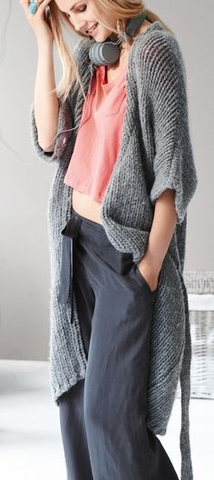 Crop cotton tee, loose linen pants and an oversized sweater, the perfect combination for a lazy sunday morning.