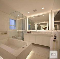 Banheiro com banheira e chuveiro destaque para a iluminação