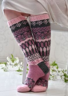 Tekstiiliteollisuus - teetee Pallas pattern in Finnish Fair Isle Knitting, Knitting Socks, Hand Knitting, Knitting Patterns, Crochet Slippers, Knit Crochet, Knit Art, Sexy Socks, Wool Socks