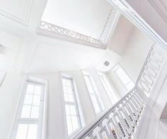 รูปภาพ white, aesthetic, and stairs Rainbow Aesthetic, White Aesthetic, Minimalism Blog, Yuki Sohma, Hygge, We Heart It, The Good Place, Like4like, Stairs