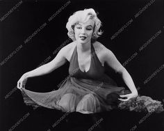 photo Marilyn Monroe in her new dress 654-22
