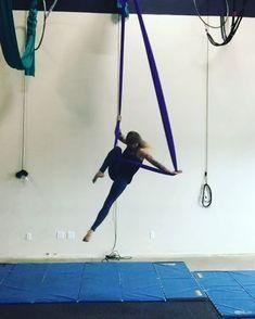 Some Sunday sling jam. Hammock Netting, Aerial Hammock, Aerial Dance, Aerial Hoop, Aerial Arts, Aerial Silks, How To Do Yoga, Yoga Poses, Workshop