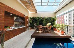 Nesta cobertura paulistana, a área de refeições fica no deck gourmet que desliza sobre a piscina. O teto motorizado também se move, em um ambiente adaptado para todos os momentos.
