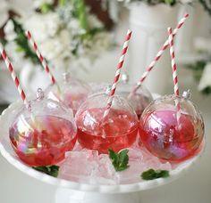 Que tal servir bebidas em bolas transparentes, de pl�stico? Para isso, basta fur�-las com uma ferramenta aquecida no fogo. N�o esque�a o canudinho!