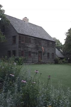 there is a house out in the country near us that looks just like this, if I lived there I would def want a garden spot that I could sit outside and look at it everyday with a cup of tea or coffee and just be in love! Saltbox Houses, Old Farm Houses, Gray Houses, Houses Houses, Wooden Houses, Country Houses, Haunted Houses, Early American Homes, American Houses