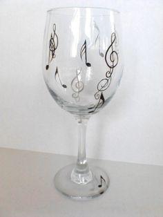 Ces verres à vin uniques et le plaisir sont la danse avec la musique ! Notes en argent noir et argente sont peinte autour du verre et sur la base de la main. Voici les 20 verres de oz.wine. Si vous souhaitez que cette conception peinte sur un autre style de verre ou de céramique sil vous plaît menvoyer un email avec votre demande et nous pouvons créer une commande personnalisée. Toute ma vaisselle et la verrerie sont peints avec une peinture non toxique à la main et la chaleur pour une…