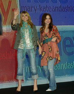 Mary Kate Ashley, Mary Kate Olsen, Olsen Fashion, Famous Twins, Olsen Twins Style, Wide Jeans, Minimal Wardrobe, Green Blazer, Crisp White Shirt