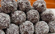Palline al cocco - Dolcetti al cioccolato e cocco che fanno impazzire grandi e piccini. Adatti per le feste vostre e dei (vostri) bambini, si preparano in 15 minuti. Sarà necessario riporle in frigorifero per almeno 2 ore prima di servirle.