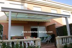 Terraza cubierta de estructura de aluminio con policarbonato y toldo móvil