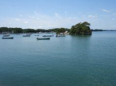 宮城県東松島市宮戸島の入り江、奥松島は荒々しい外海。穏やかな入り江と海岸美スポットが点在しています。