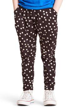 Ylhäältä väljissä ja alhaalta kapeissa kuvioiduissa, pehmeissä housuissa on sivutaskut.