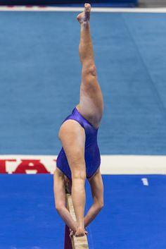Gymnastics Poses, Gymnastics Photography, Gymnastics Pictures, Artistic Gymnastics, Gymnastics Girls, Female Gymnast, Pole Fitness, Famous Women, Sexy Bra