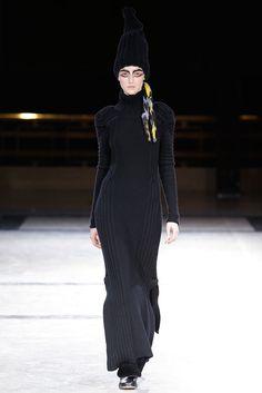 4f87541fa Yohji Yamamoto Fall 2014 Ready-to-Wear Fashion Show