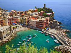 Agarrada a las montañas bañadas por el mar se encuentra la región italiana de las Cinque Terre. Cinco pequeñas poblaciones con mucho encanto!
