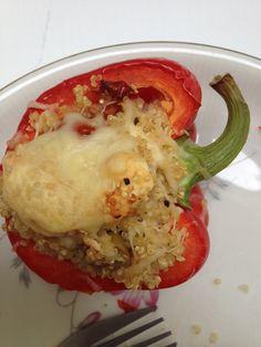 Halveer per persoon 1 paprika en verwijder de zaadjes. Kook quinoa gaar. Meng met versneden feta, geroosterde pijnboompitten, peterselie en gekookte erwtjes. Zet 15 min in een voorverwarmde oven (b…