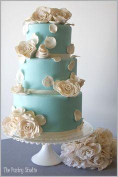 丸形のお花を散りばめたケーキも素敵です。やはりティファニーブルーとホワイトは王道であり一番ベストな色の組み合わせですね。