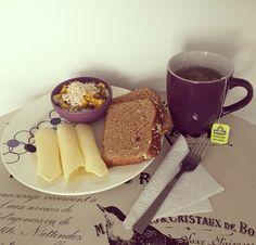 #HealthyBreakfast: Porción de #Guanabana con #Mango, #AvenaEnHojuelas de @quakercolombia y #Chía, con pan de arándanos de @bimbocolombia, #QuesoBajoEnGrasa de @alpinacol y té verde de #Jazmín de @tehindu con manzanilla. A comenzar la semana con mucha energía saludable!