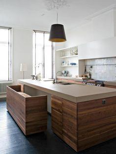 Handige 'bar' onder keukenblok eventueel met kussentjes. Aanpassen naar houtkleurig blad, hoogglans witte onderkant.