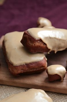 Chocolate Stout Maple Bars by Country Cleaver. Chocolate Stout Maple bars are a fun twist on a traditional doughnut. Based on the Top Pot Maple Bar, these are a soon-to-be Classic! Just Desserts, Delicious Desserts, Dessert Recipes, Yummy Food, Delicious Donuts, Chocolate Stout, Chocolate Recipes, Chocolate Tiramisu, Cupcakes