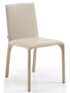 Sedia ANDOS con seduta e struttura in ecopelle beige. Impilabile. La classe, l'eleganza di questa seduta non ha rivali. Comoda e bella.