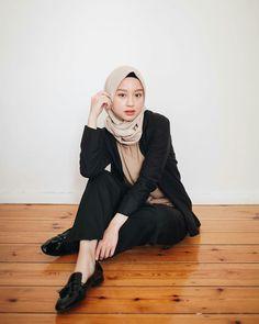 My inspirasiii as alwayss kagita my fav person Good outfit good life Mode Modern Hijab Fashion, Street Hijab Fashion, Hipster Fashion, Muslim Fashion, Fashion Outfits, Fashion Ideas, Casual Hijab Outfit, Ootd Hijab, Hijab Chic