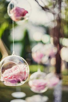 Rose dans des boules de verre. Décoration élégante pour un mariage #MURANOloves