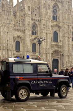 Defending the Cathedral of Milan Landrover Defender, Overland Truck, Best 4x4, Car Badges, Farm Trucks, Mode Of Transport, Military Police, Search And Rescue, Emergency Vehicles
