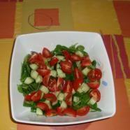 e207a76cc726a15fe07a8e8c8d1b39d5.JPG Veldsla met tomaatjes, mozzarella en komkommer. Eetlepel olijfolie,  eetlepel balsamico azijn mengen met eetlepel honing