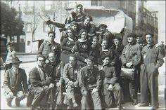 Con el grupo La Barraca, todos con el uniforme de mamelucos azules, en 1933. Lorca es el segundo por la izquierda