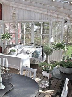 Amazing Shed Plans - déco de jardin avec meubles shabby chic - Now You Can Build ANY Shed In A Weekend Even If You've Zero Woodworking Experience! Start building amazing sheds the easier way with a collection of shed plans! Cottage Chic, Cottage Style, Cottage Porch, Romantic Cottage, Garden Cottage, Garden Bed, Easy Garden, Dream Garden, Decoration Shabby