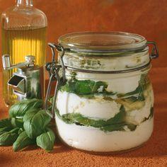 Super zum Grillen: Frischkäse eingelegt mit Basilikum http://eatsmarter.de/rezepte/kaese-mit-basilikum