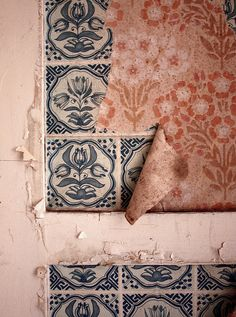 Country Living by Maren Winkler at Beelitz-Heilstätten. Textures Patterns, Color Patterns, Print Patterns, Fresco, Azulejos Art Nouveau, Design Textile, Perfect Pink, Of Wallpaper, Peeling Wallpaper