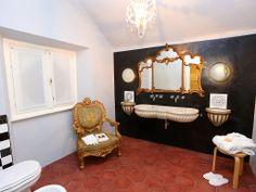stupendo bagno con lavabo in marmo dell'800.