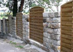 Sandsteinmauer und Sichtschutzelemente