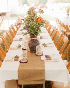 Otro ejemplo de decoración de mesa. Boda rústica y campestre con tela arpillera. Imagen: Style Me Pretty