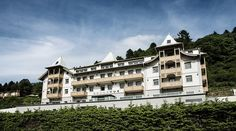 Enjoy elegant delights at the Seehotel Bellevue in Zell am See. The hotel is a feast for the senses and allows you to enjoy sheer relaxation. Lakeside Hotel, The Better Angels, Zell Am See, Ski Holidays, Free Park, Lake View, Beach Club, Mountain View, Hotel Offers