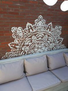 Een prachtige idee voor jouw tuin! #tuindecor #diy #diyhomedecor #homedecor #stencils #mandalas #mandalaproject #sjabloon #wallstencils #floorstencils #mandalastencils #ibizastencils #sjabloon #mandalasjabloon Outdoor Wall Art, Outdoor Rooms, Outdoor Walls, Outdoor Decor, Back Patio, Backyard Patio, Large Wall Stencil, Mandala Stencils, Stenciled Floor